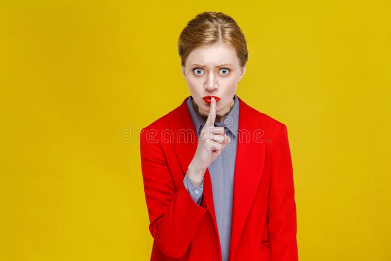 ¡Tranquilidad! Mujer de negocios que muestra el secreto, muestra del silencio imagen de archivo libre de regalías
