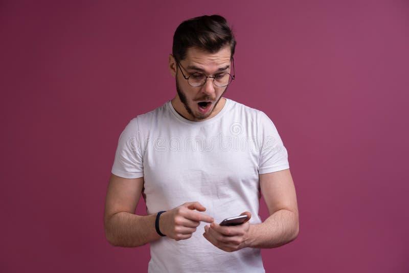 ¡Usted tendrá el hombre de los problemas! Retrato de agresivo confuso enojado en amenazar de grito del individuo del mal humor en foto de archivo