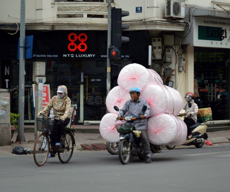 ¡Vietnam - Hanoi - escena típica de la calle de la carga del plástico de burbujas del cuarto francés! fotos de archivo libres de regalías