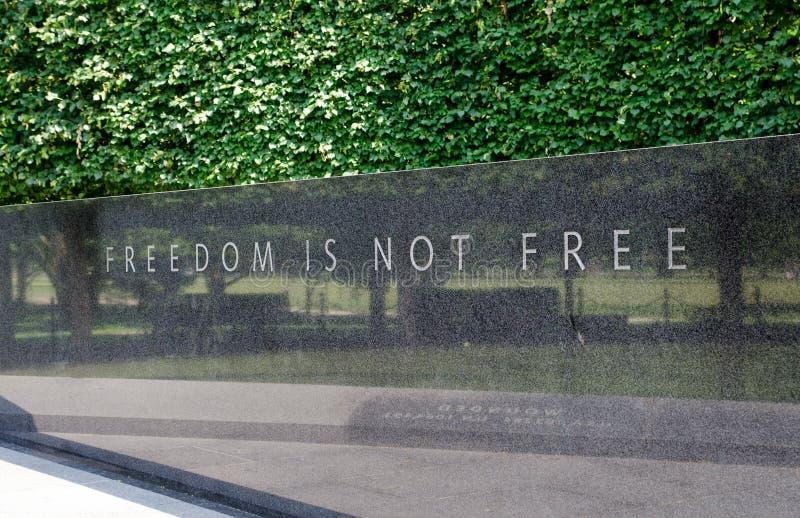 \ «η ελευθερία δεν είναι ελεύθερο \» Ένας αμερικανικός ιδιωματισμός, που χαράσσεται στην Ουάσιγκτον, Δ Γ κορεατικός αναμνηστικός στοκ φωτογραφίες με δικαίωμα ελεύθερης χρήσης
