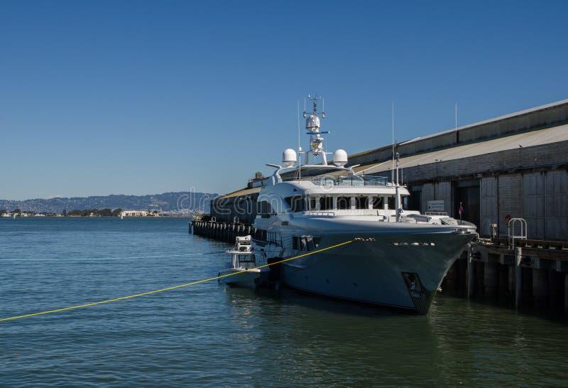 \ «Широта \» яхта на пристани в порте Сан-Франциско стоковые изображения