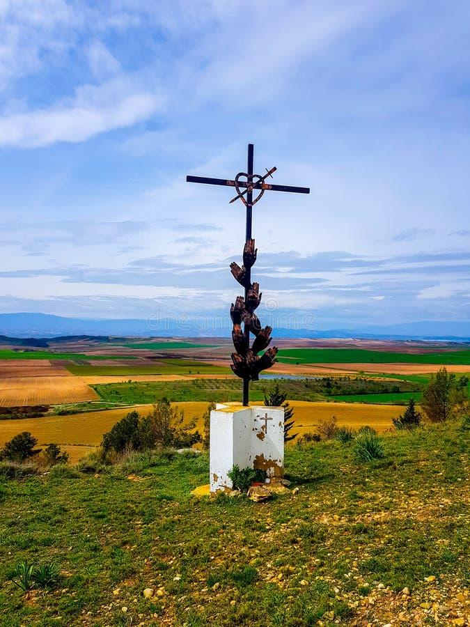 «Funes, Spain» ; 1-03-2019 : Croix sur en dehors de l'ermitage de Gurugu image stock