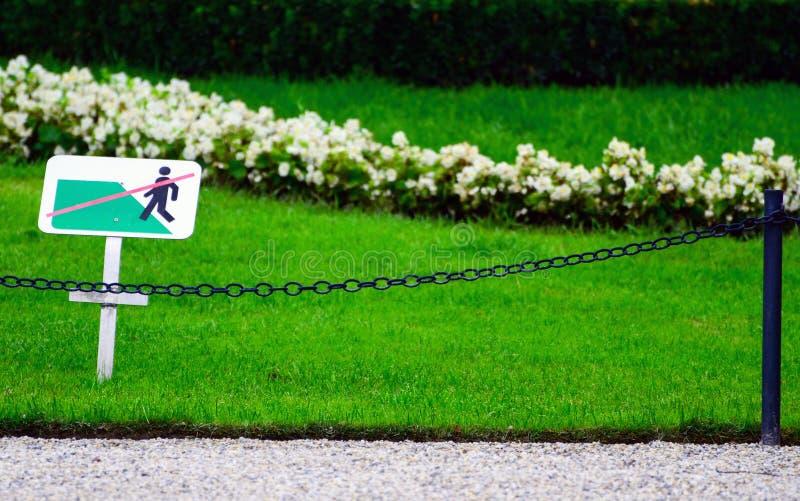 \ «ne faites pas un pas sur l'herbe \» le signe image stock
