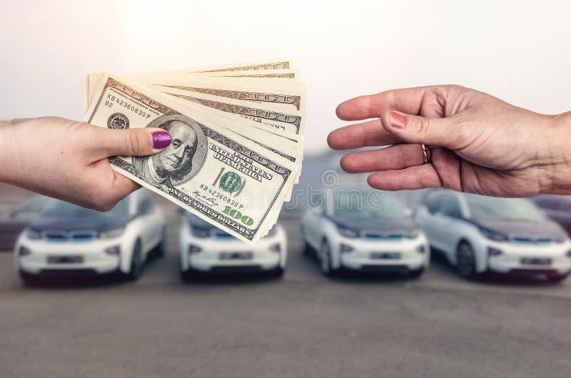 «kupienia samochodowy «poczęcie, dolarowa transakcja między żeńskimi rękami obrazy royalty free
