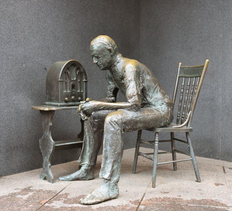 «podpiecek gadki «Brązowa statua mężczyzny słuchanie transmitować podczas głębokiej depresji - zdjęcia stock