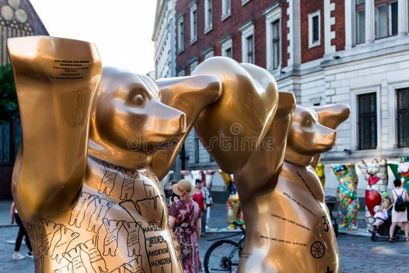 «złotej zasady «niedźwiedzie przy Zlanym kumplem Znoszą międzynarodową sztuki wystawę zdjęcie royalty free