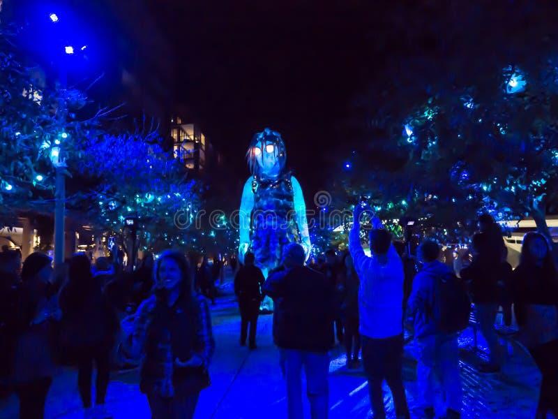 «zima obozu «6 metrowy rozjarzony gigant Marri Dyin, jeden wielkie kukły budować w Australia przy Barangaroo dla Żywego Sydney zdjęcia royalty free