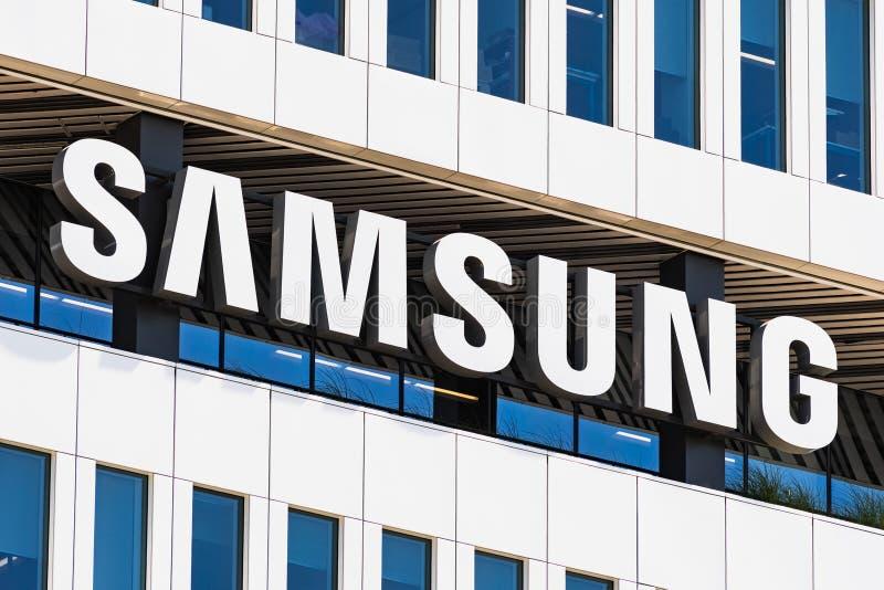 1° agosto 2019 San José/CA/U.S.A. - segno di Samsung visualizzato sulla facciata del HQ moderno delle soluzioni del dispositivo d immagini stock