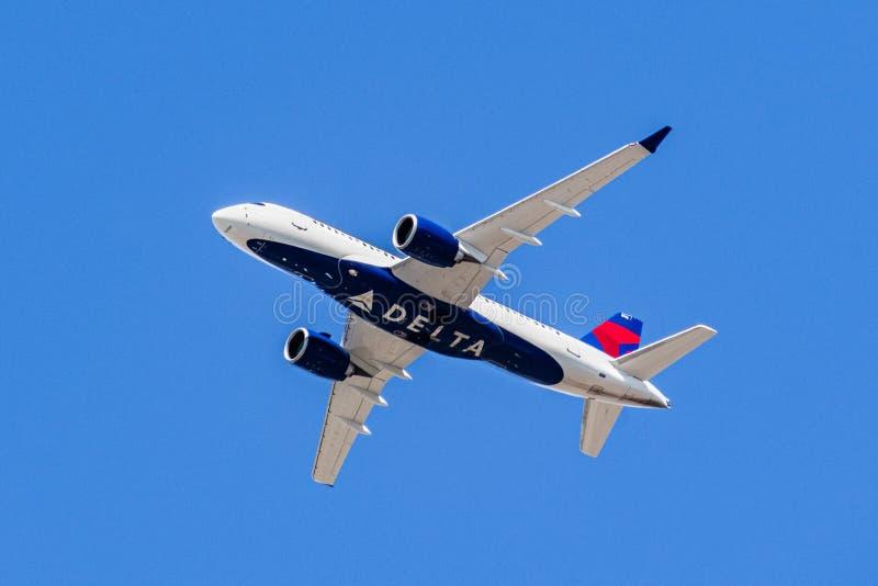 1° agosto 2019 Santa Clara/CA/U.S.A. - aerei di Delta Airlines in volo; il logo di delta visibile sul punto debole degli aeroplan immagine stock libera da diritti