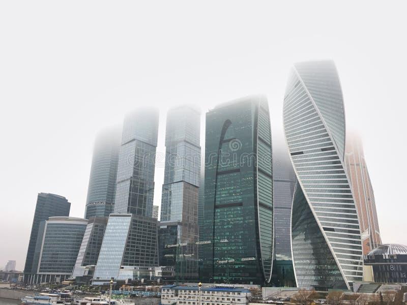 1° ottobre 2018 - città internazionale di Mosca del centro di affari di Mosca, Russia Vista del centro di affari al giorno nebbio fotografia stock libera da diritti