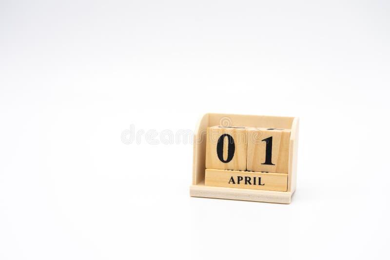 1º de abril calendário de madeira no fundo abstrato da madeira do vintage O dia dos enganados é realmente 1º de abril ao virar da fotos de stock