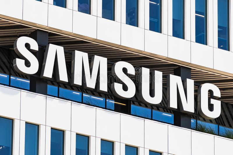 1º de agosto de 2019 San Jose/CA/EUA - sinal de Samsung indicado na fachada do QG moderno de soluções do dispositivo de Samsung E imagens de stock