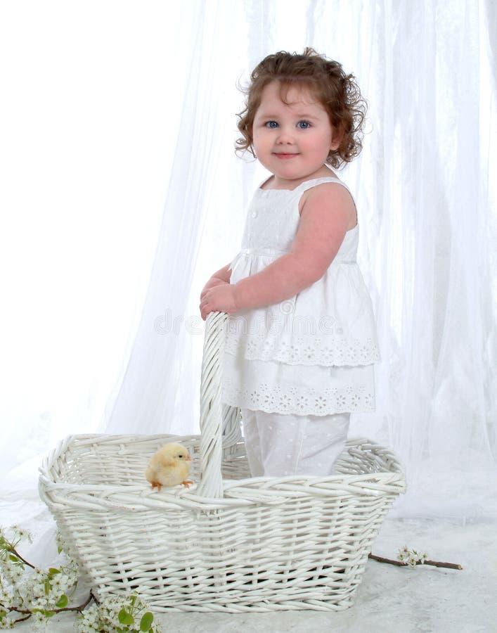 ¿Bebé y polluelo? fotografía de archivo