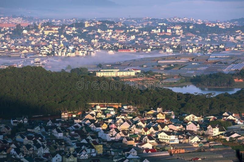 ¿Ci de DaLat? casas tyBeautiful con los tejados de teja en la ciudad del lat de DA fotografía de archivo libre de regalías