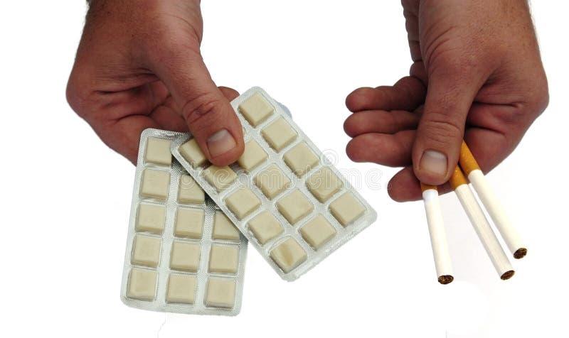 ¿Cigarrillos o goma? imagen de archivo