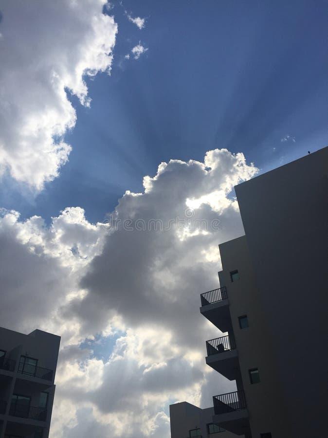 ¿Cuál está detrás de las nubes? fotografía de archivo