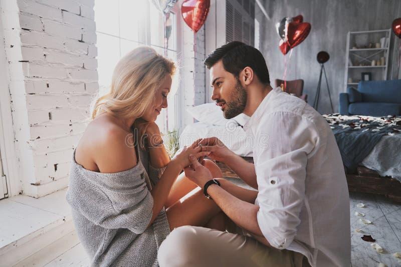 ¿Hacen usted les gusta él? Hombre joven hermoso que adquiere el anillo de compromiso encendido fotos de archivo