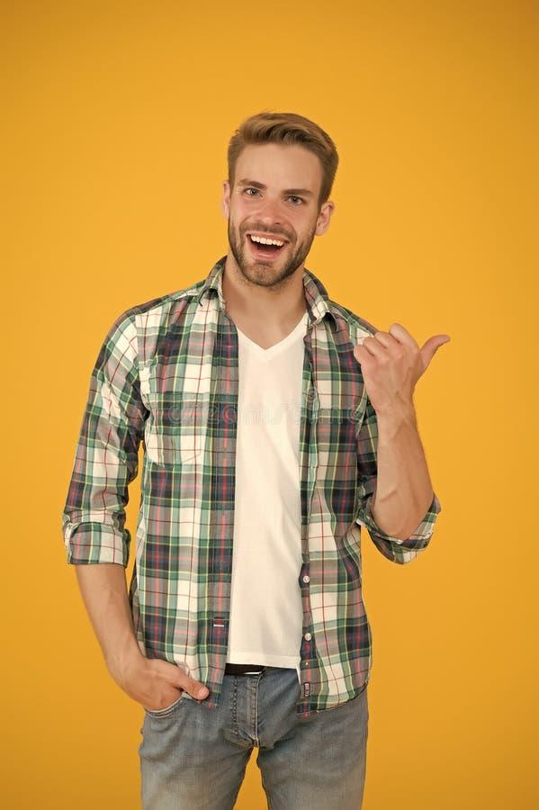 ¿Oíste eso? Altavoz alegre Ropa de Mensajería y ropa de moda Hombre guapo en estilo casual Hombre con brillo foto de archivo libre de regalías