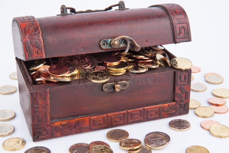 ¿Pecho de tesoro con las monedas? fotos de archivo