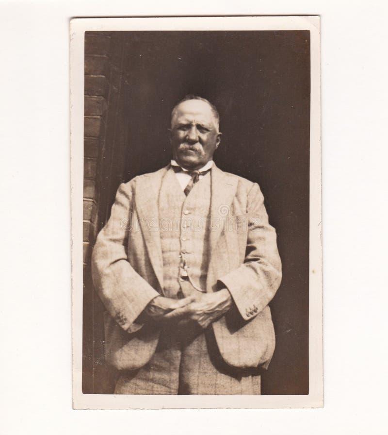 ¿Postal blanco y negro de la foto del vintage de los años 30 de un viejo hombre? fotos de archivo libres de regalías