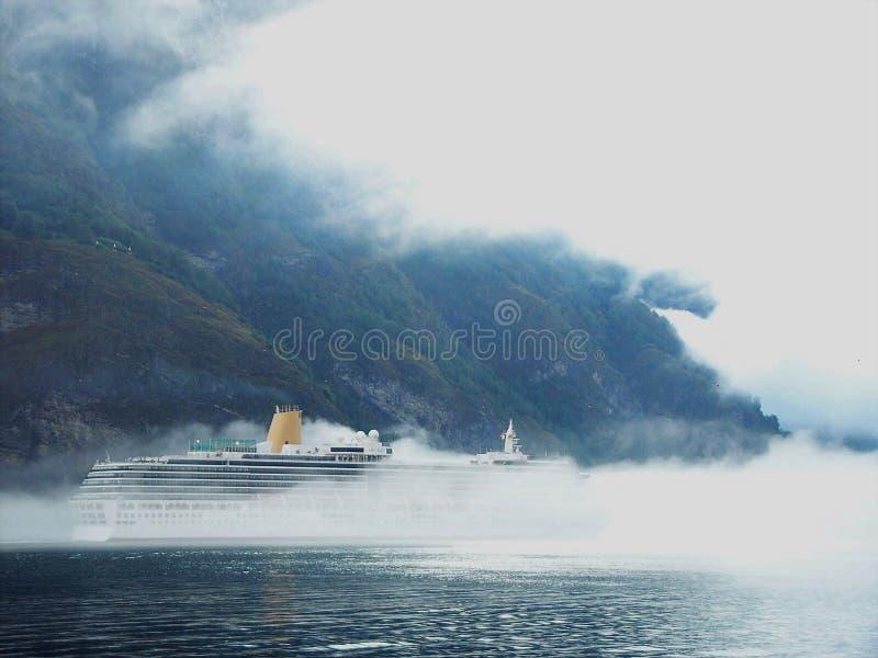 ¿Qué aguarda la ocultación en la niebla? foto de archivo libre de regalías