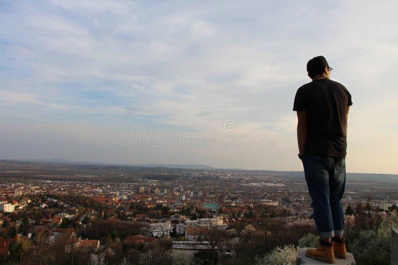 ¿Qué los monólogos internos de la gente están mirando sobre las colinas? fotografía de archivo libre de regalías