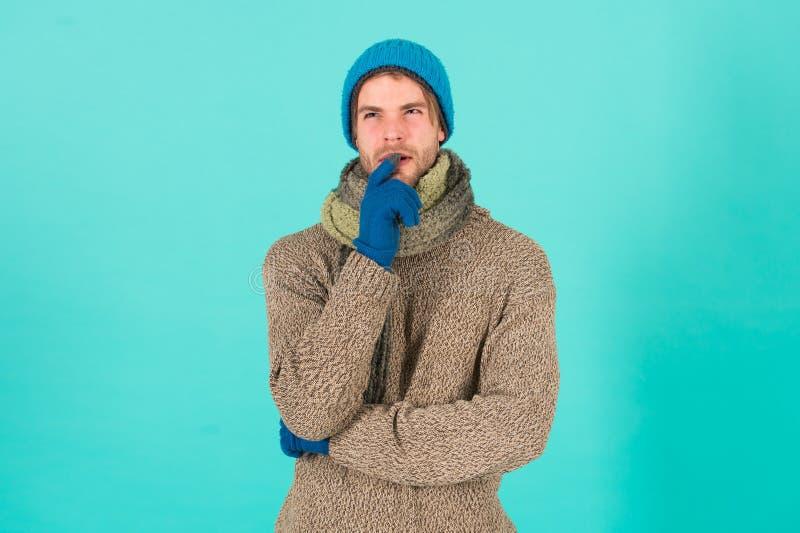 ¿Qué sucede si Hombre guapo y sin afeitarse lleva accesorios de invierno con fondo azul Venta de la temporada de invierno De punt fotos de archivo libres de regalías