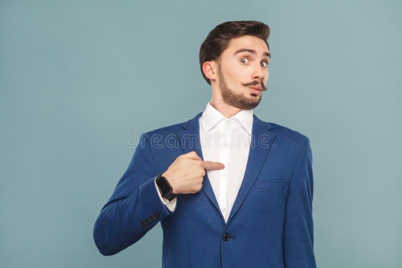 ¿Soy ganador? Hombre sorprendido que señala el finger mismo imagen de archivo libre de regalías