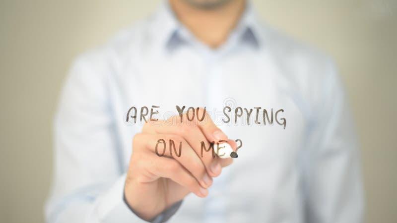 ¿Usted está espiando en mí? , escritura del hombre en la pantalla transparente imágenes de archivo libres de regalías