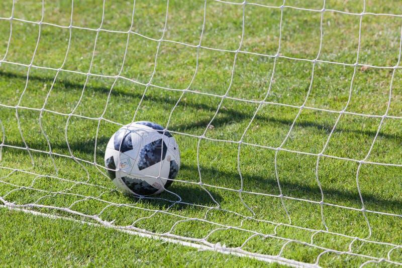 ¿VARNA, BULGARIA? 24 DE JUNIO DE 2018: Adidas Telstar 18 - la bola del mundial 2018 en la red, meta de la FIFA foto de archivo