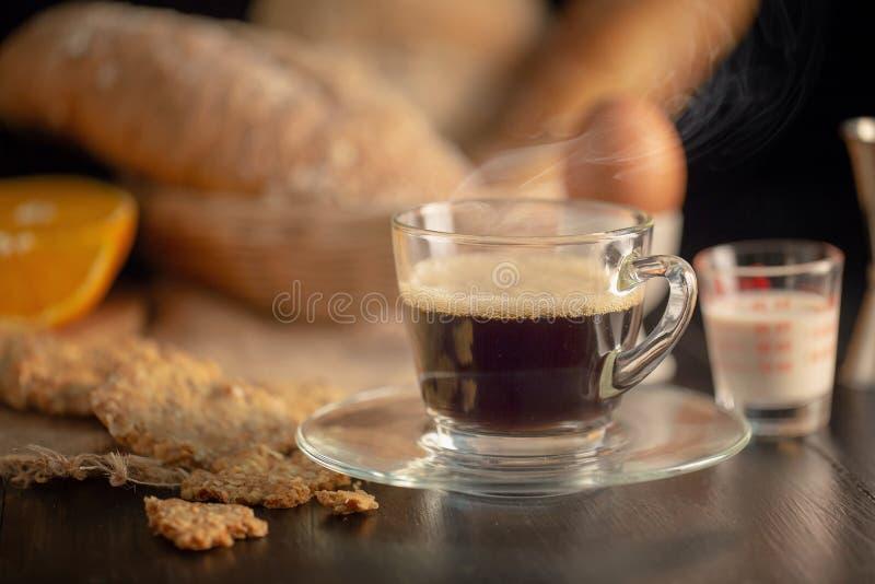 ึfresh早餐用热的咖啡和曲奇饼 库存照片