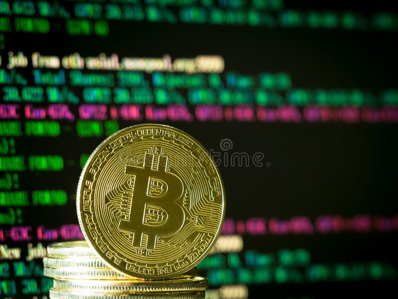 à¸'Bitcoin muntstuk bij het computerscherm royalty-vrije stock foto's