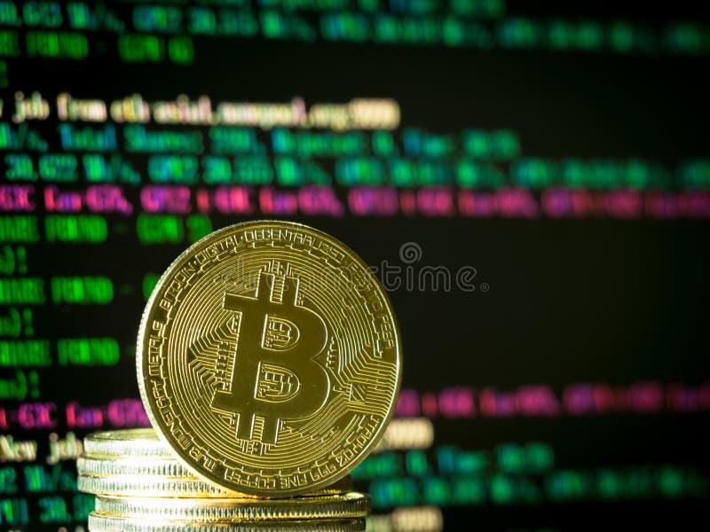 à¸'Bitcoinmynt på datorskärmen royaltyfria foton