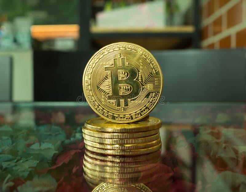 à¸'Bitcoinmyntoncoin lokaliseras på tabellen arkivbilder