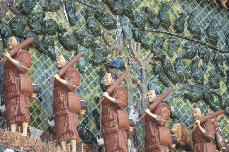 à¸'à¸'Buddhism在寺庙墙壁上的修士雕象 免版税库存照片