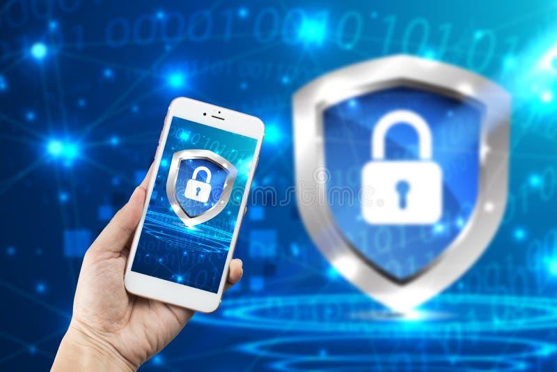 à ¹ ‡ Handholding Smartphone mit digitaler Internetsicherheit des Sicherheits-Konzeptes, schützen sich mit Schildrüstungsglobalem lizenzfreie stockfotos