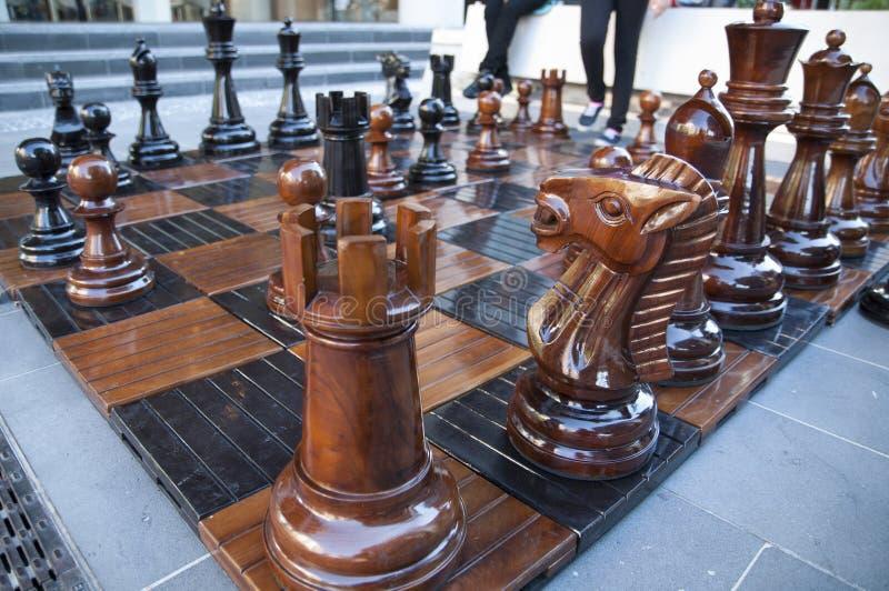 ฺฺWooden o grupo grande do tabuleiro de xadrez fotos de stock royalty free