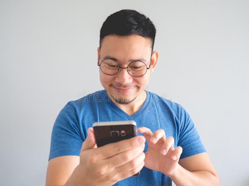 à ¹ † mężczyzna używa smartphone obraz stock