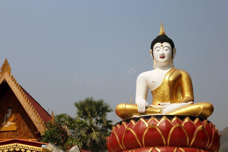 ฺBigBuddhastaty i Thailand Buddhatempel royaltyfria bilder