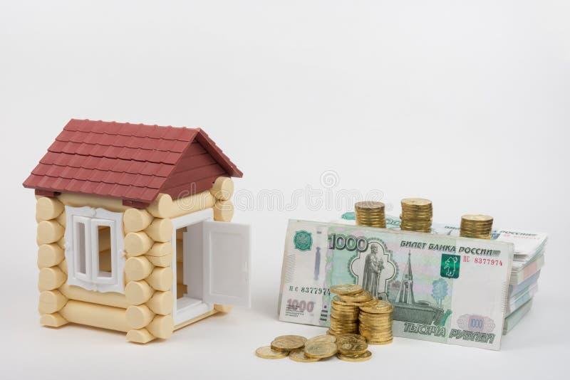 À côté de la maison sont l'argent de jouet à payer le logement et les services communaux et la révision photographie stock