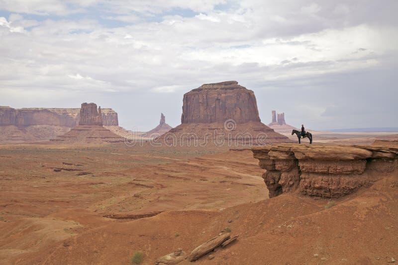 À cheval en vallée de monument photos libres de droits