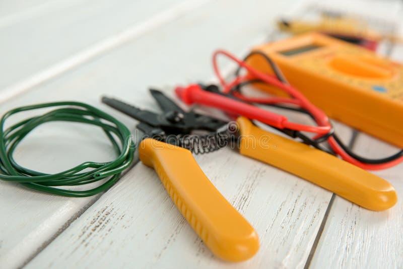 À dénuder de pince et fil sur la table en bois, plan rapproché outils ?lectriques images stock