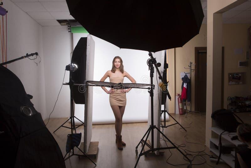 À l'arrière plan de la belle dame sexy dans le studio image libre de droits