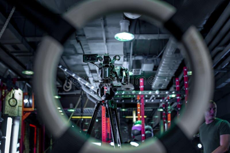 À l'arrière plan des caméras vidéo professionnelles de production visuelle photo libre de droits