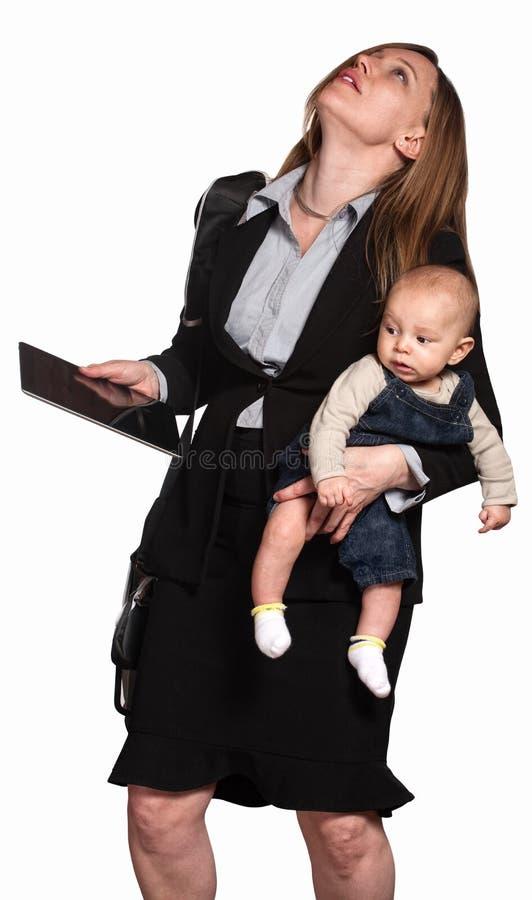 À L Extérieur Chargée Maman De Fonctionnement Photos stock