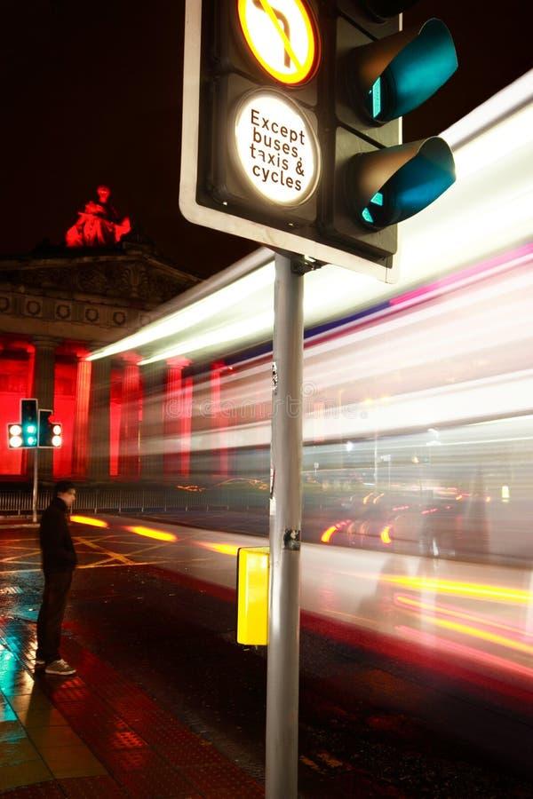 À l'extérieur dans la ville la nuit images libres de droits