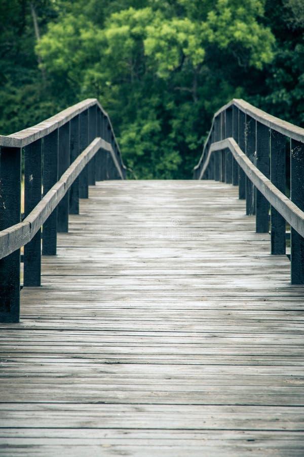 À l'extrémité du pont en bois photographie stock