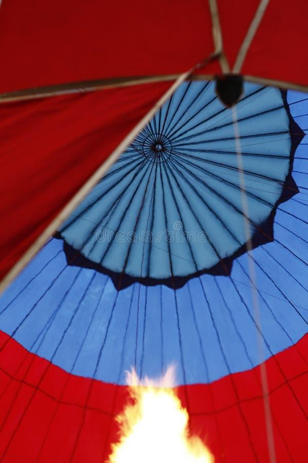 À l'intérieur d'un ballon à air chaud coloré images libres de droits