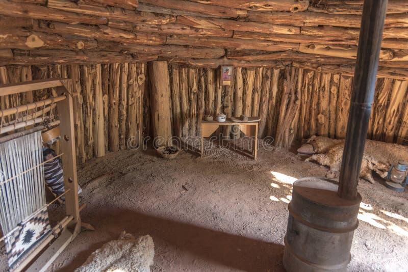 À l'intérieur d'un fort recréé Utah de bluff de Hogan de Navajo photographie stock