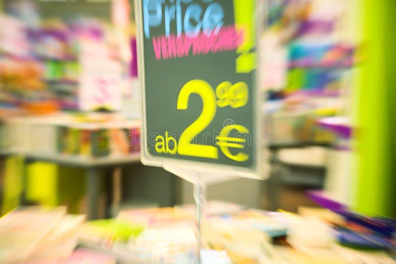 À l'intérieur d'un grand supermarché photo libre de droits